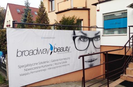 Reklama na szybach Broadway Beauty | Pracownia reklamy Logomotiv