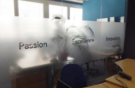 Folia szroniona w biurze Transcom | Pracownia reklamy Logomotiv