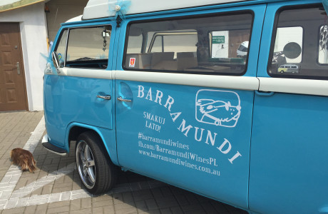 Grafika na busie Barramundi | Pracownia reklamy Logomotiv