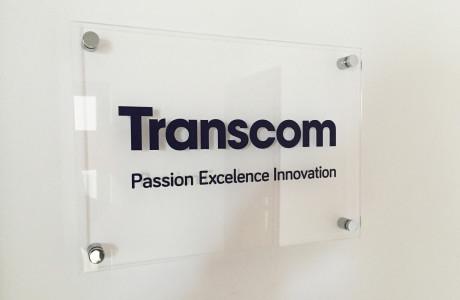 Tabliczka z plexi na dystansach Transcom | Logomotiv